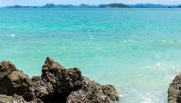 Biała piaszczysta plaża z błękitnym morzem na kohkham.