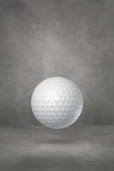 Biała piłeczka golfowa na białym tle na betonowym tle studio. ilustracja 3d