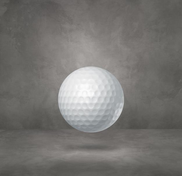Biała piłeczka golfowa na białym tle na betonowym tle studio.