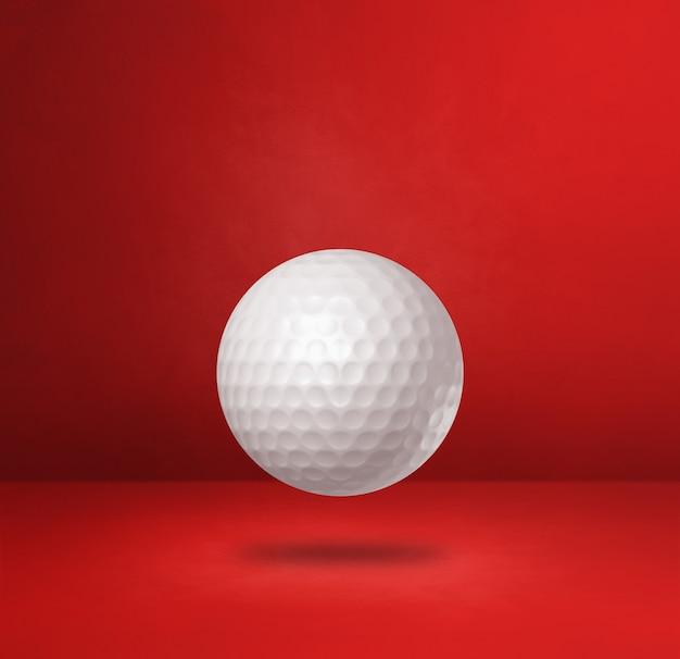Biała piłeczka golfowa na białym tle na czerwonym tle studio. ilustracja 3d