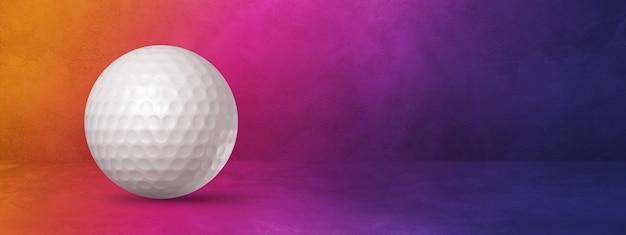 Biała piłeczka golfowa na białym tle na fioletowym gradiencie. ilustracja 3d