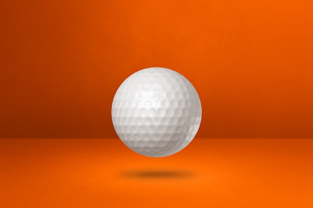 Biała piłeczka golfowa na białym tle na pomarańczowym tle studio. ilustracja 3d