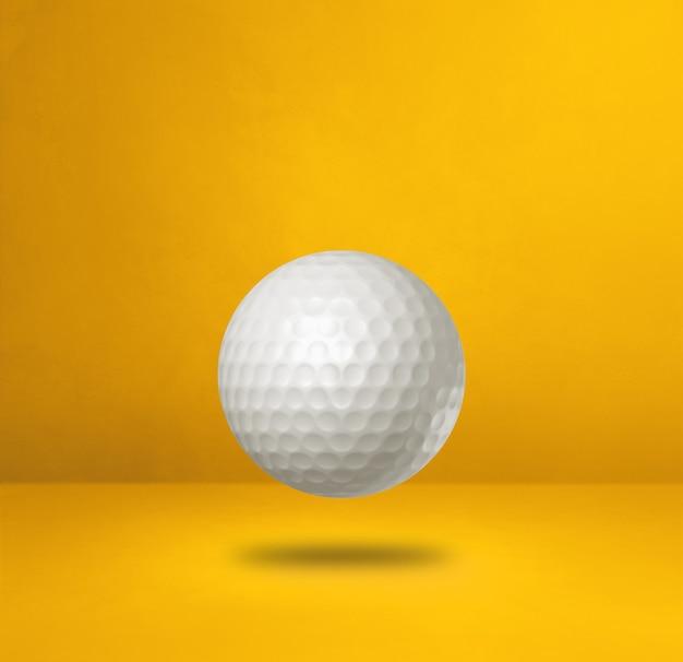 Biała piłeczka golfowa na białym tle na żółtym tle studio. ilustracja 3d