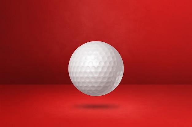Biała piłeczka golfowa na czerwonym tle. ilustracja 3d
