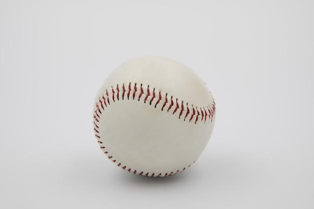 Biała piłka baseballowa na białym tle