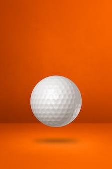 Biała piłka golfowa na pomarańczowym tle. ilustracja 3d