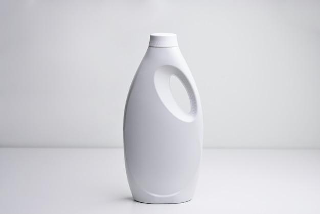 Biała plastikowa butelka na płynny detergent do prania wybielacz lub zmiękczacz do tkanin