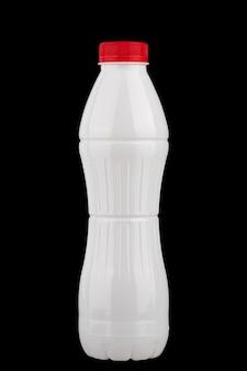 Biała plastikowa butelka na produkty mleczne izoluje na czarnym tle