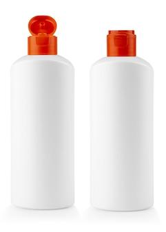 Biała plastikowa butelka z czerwoną pokrywką z szamponem na białym tle