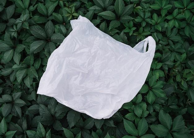 Biała plastikowa torba na zewnątrz