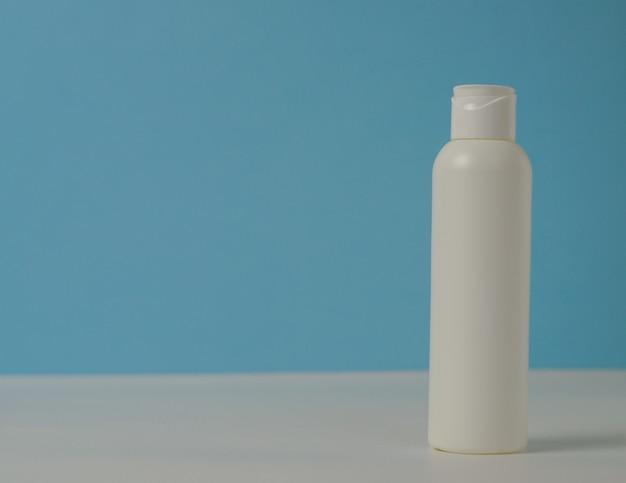 Biała plastikowa tuba na butelki