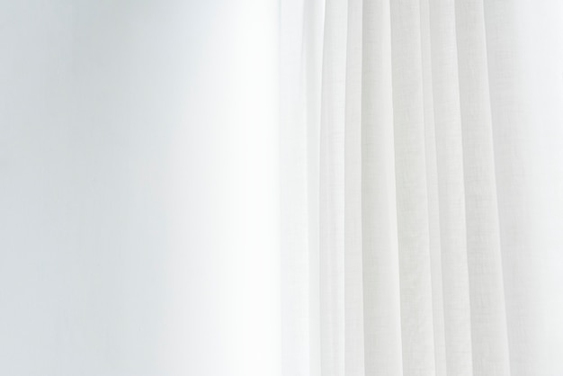 Biała plisowana zasłona w salonie