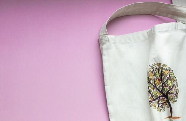 Biała płócienna torba z drzewem na różowym lub karmazynowym papierze.