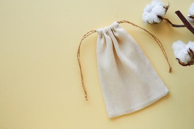 Biała płócienna torba ze sznurkiem na jasnym tle