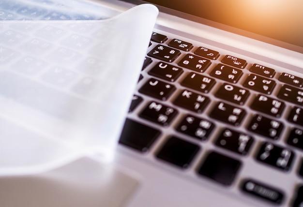 Biała podkładka silikonowa na klawiaturze laptopa. ochraniacz na klawiaturze notebooka.