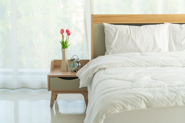 Biała poduszka do dekoracji łóżka w sypialni
