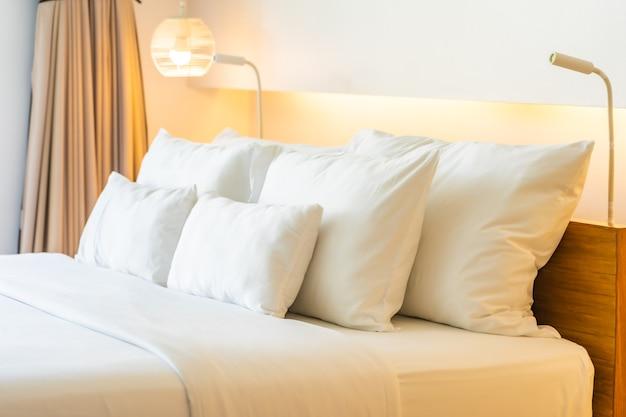 Biała poduszka i koc na łóżku dekoracji wnętrza sypialni