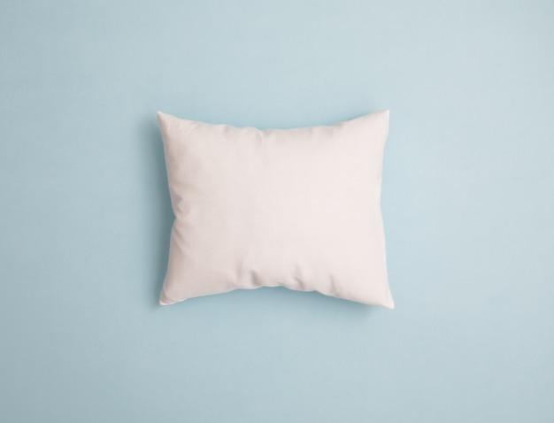 Biała poduszka na kolorowym tle