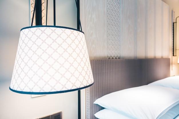 Biała poduszka na łóżku