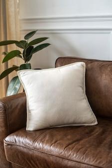 Biała poduszka na skórzanej kanapie