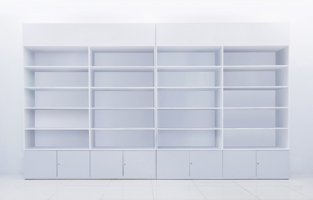 Biała półka wykonana z laminowanego drewna poddanego recyklingowi do prezentacji lub prezentacji towarów