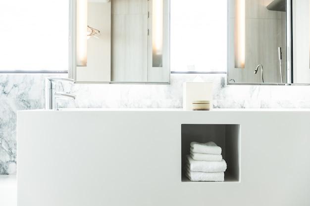 Biała porcelanowa umywalka z ręcznikami