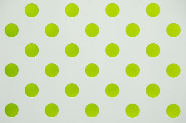 Biała powierzchnia z dużym zielonym nadrukiem w groszki