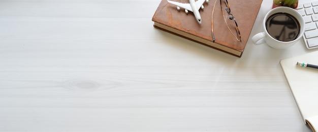 Biała przestrzeń robocza z miejscem na kopię i artykułami biurowymi