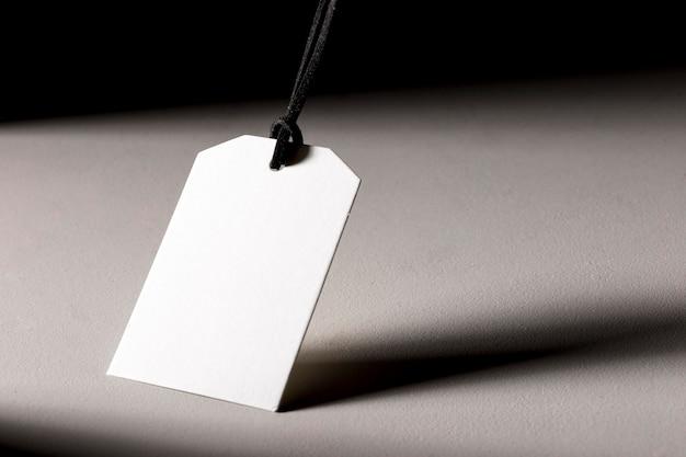 Biała pusta etykieta na białym tle z cieniami