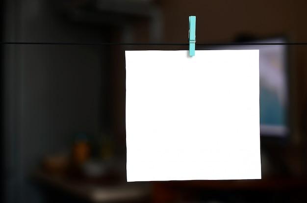Biała pusta karta na arkanie, ciemny biurowy tło