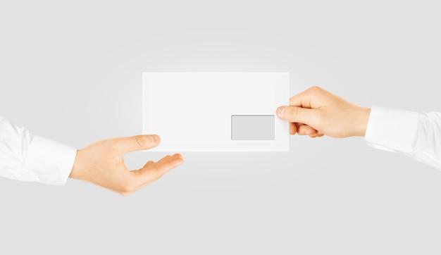 Biała pusta koperta podająca rękę