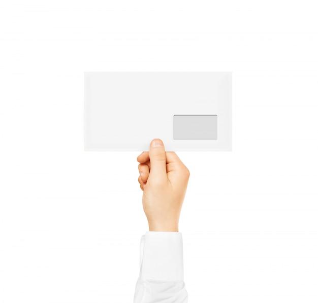 Biała pusta koperta trzyma w ręku.