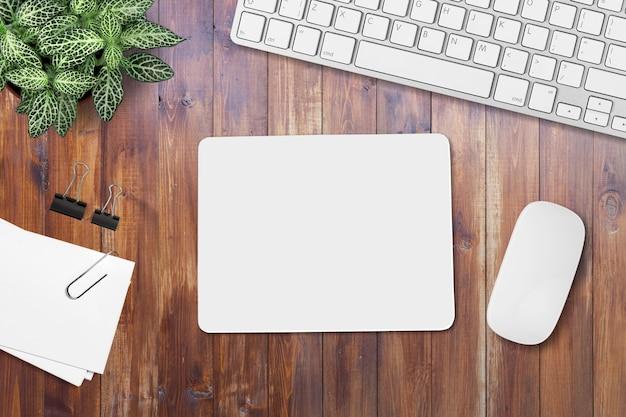 Biała pusta mata i mysz komputerowa na stole