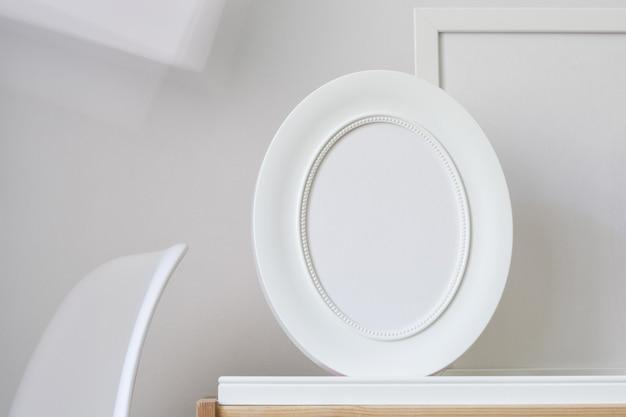 Biała pusta owalna ramka z minimalnym tłem. wnętrze domu. sztuka nowoczesna makieta.