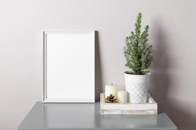 Biała pusta rama makieta i doniczkowa choinkadekoracja świąteczna lub noworoczna