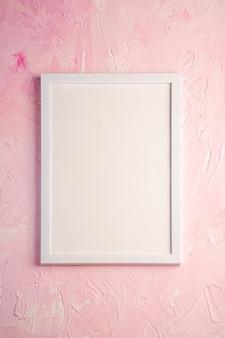 Biała pusta ramka na różowej powierzchni