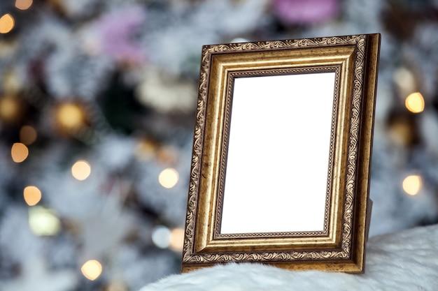 Biała pusta ramka na zdjęcia na kominku