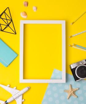 Biała pusta ramka na zdjęcia z aparatem, samolotem, rozgwiazdą, ołówkami
