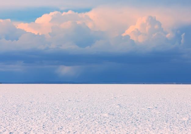 Biała pustynia słonych mieszkań uyuni przed zachodem słońca w boliwii w ameryce południowej