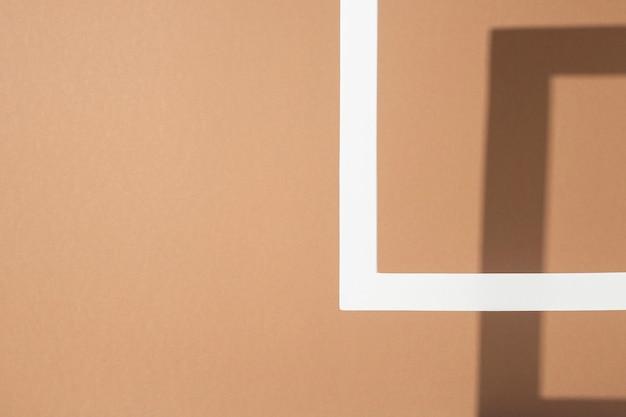 Biała rama podium prezentacji na jasnobrązowym tle. widok z góry, układ płaski.