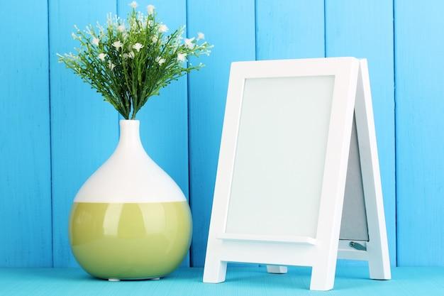 Biała ramka do dekoracji wnętrz na niebieskim tle