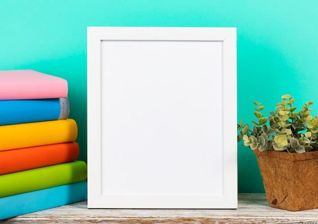 Biała ramka na shelt ze stosu książek