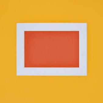 Biała ramka w żółtej ścianie