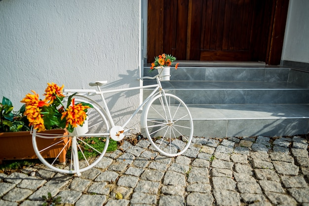 Biała rowerowa pobliska stara dom ściana