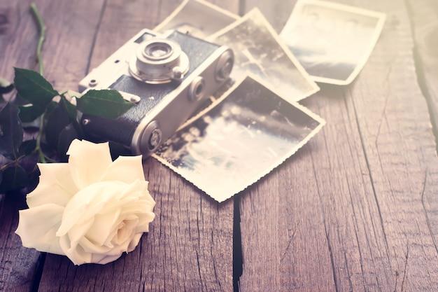 Biała róża, stare zdjęcia i aparat fotograficzny