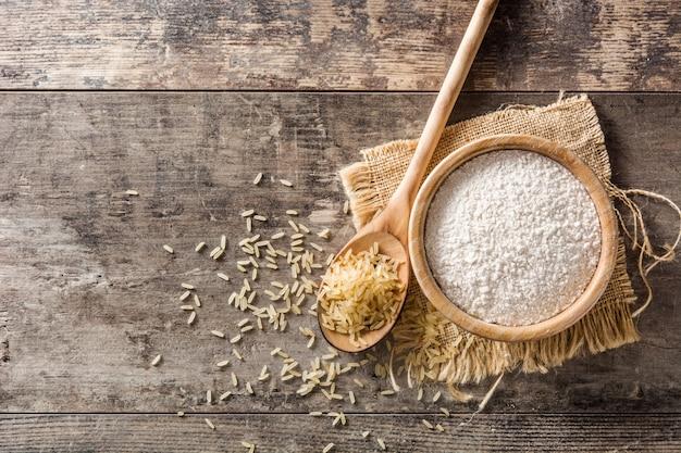 Biała ryżowa mąka w pucharze na drewnianym stole, odgórny widok, kopii przestrzeń