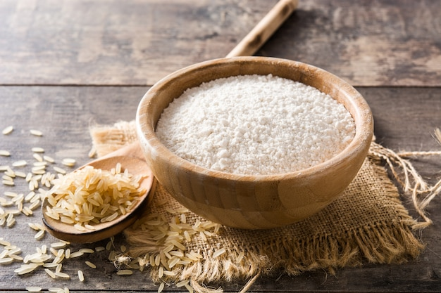 Biała ryżowa mąka w pucharze na drewnianym stole