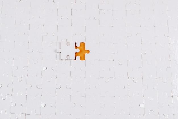 Biała ściana puzzle. widok z góry.