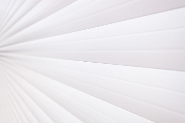 Biała ściana z bocznymi liniami przecieku dla nowoczesnych środowisk internetowych.