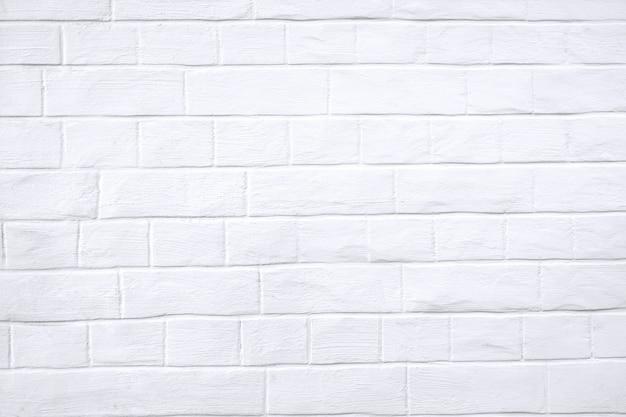 Biała ściana z ceglaną teksturą.